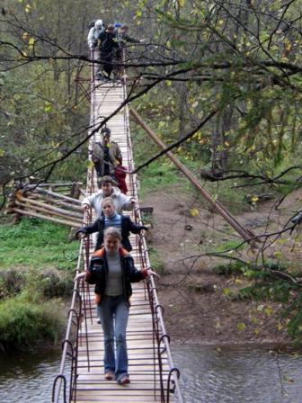 Рис. 35. Навесной мост через реку Сергу (фото Слепухина А.В. и Бердюгиной Н.)