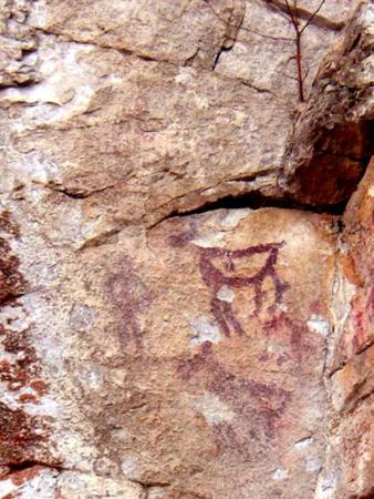 Рис. 36. Рисунки древнего человека на скале Писаница (фото Слепухина А.В. и Бердюгиной Н.)