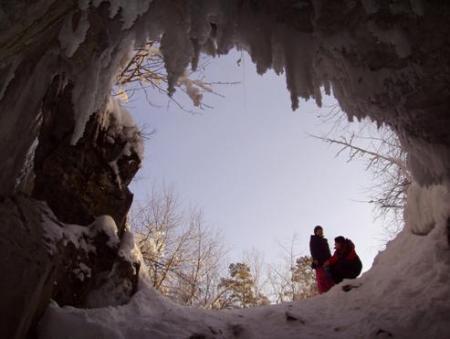 Рис. 39. Вид из пещеры Дружба (фото Владислава и Леонида Петровых)