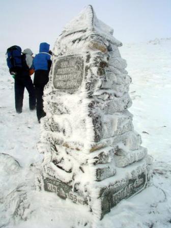 Рис. 59. Памятник на перевале (фото Слепухина А.В. и Бердюгиной Н.)