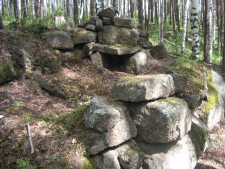 Рис. 10. Дольмен № 22 с каменным двориком (фото с сайта www.adventurteam.ru)